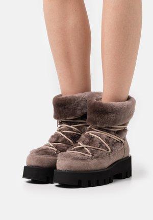 MATEA - Šněrovací kotníkové boty - wengue/nutria