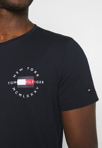 Tommy Hilfiger - CIRCLE CHEST TEE - T-shirt con stampa - desert sky - 3