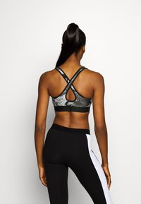 Under Armour - MID CROSSBACK BRA - Medium support sports bra - black - 2