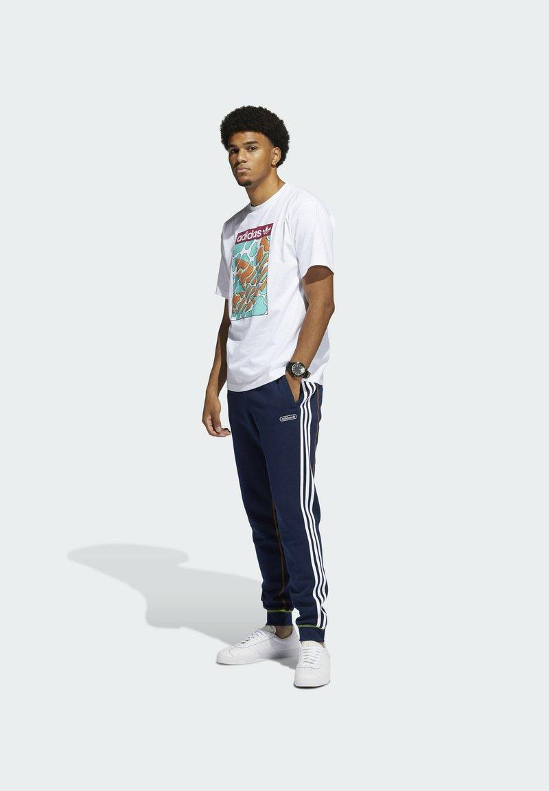 adidas Originals - SUMMER TONGUE LABEL T-SHIRT - T-shirt imprimé - white