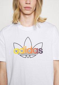 adidas Originals - GRAPHIC UNISEX - Print T-shirt - white/multicolor - 4