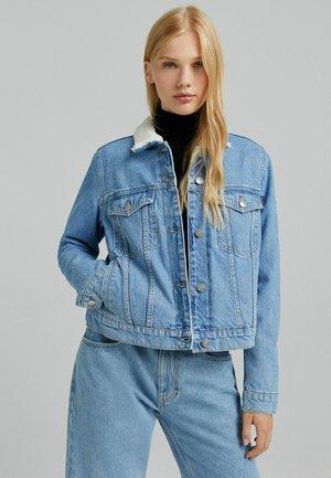 MIT LAMMFELLIMITAT CROPPED  - Kurtka jeansowa - blue denim