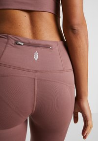 Free People - YOURE A PEACH - Leggings - chocolate - 7