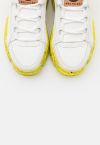 Buffalo London - ALEXUS - Trainers - white/yellow - 5
