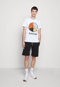 Raeburn - PARACHUTE GRAPHIC  - T-shirts print - white - 1