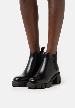 HOWLER - Kotníkové boty na platformě - black