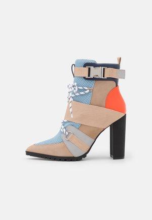 ILLUSION - Kotníková obuv na vysokém podpatku - blue/multicolor