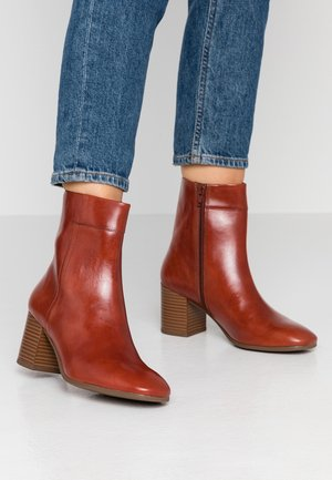 NICOLE - Classic ankle boots - henna