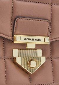 MICHAEL Michael Kors - SOHOLG CHAIN - Handbag - dark fawn - 4