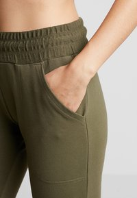 Free People - FP MOVEMENT SUNNY SKINNY SWEAT - Träningsbyxor - army - 3