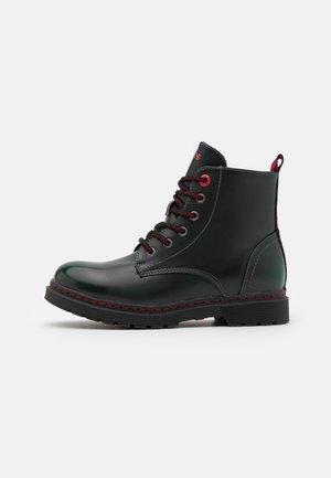 CLOVER HIGH UNISEX - Šněrovací kotníkové boty - green/red