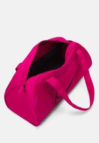 Nike Performance - GYM CLUB  - Sportovní taška - fireberry/black - 3