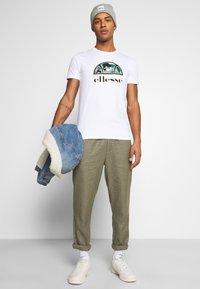 Ellesse - HEBBER - T-shirt z nadrukiem - white - 4