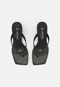 Monki - Sandalias de dedo - black - 4