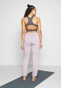 Curare Yogawear - LONG PANTS ROLL DOWN - Joggebukse - puder - 2
