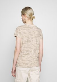 Levi's® - THE PERFECT TEE - T-shirts med print - beige - 2
