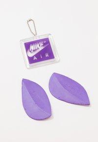 Nike Sportswear - AIR MAX 90 - Tenisky - white/particle grey/light smoke grey/black/hyper grape - 8