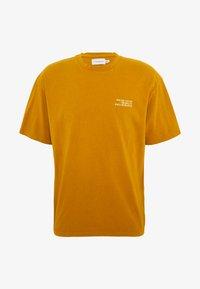 Topman - UNISEX WASHED TEE - Print T-shirt - mustard - 0