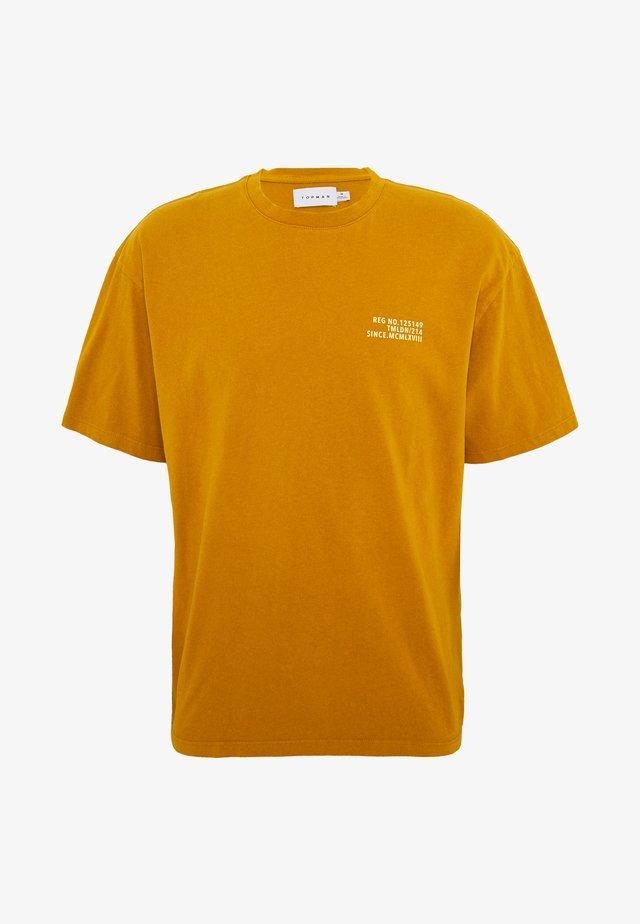 UNISEX WASHED TEE - T-shirt print - mustard