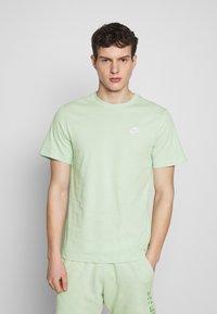 Nike Sportswear - CLUB TEE - T-shirt - bas - pistachio frost/(white) - 0