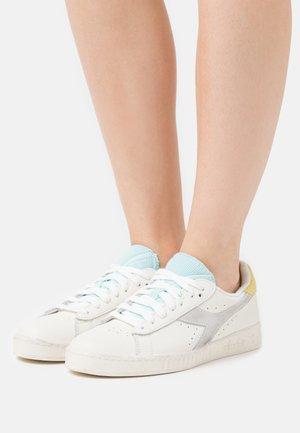 GAME ICONA  - Sneakers basse - white/goldfinch/blue tint