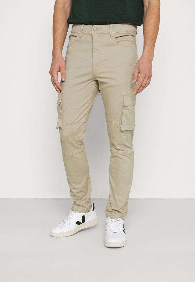 PANTS - Pantalones cargo - sand