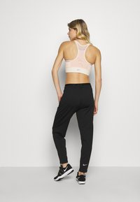 Nike Performance - POCKET BRA PAD - Sujetador deportivo - light cream/washed coral/light thistle - 2