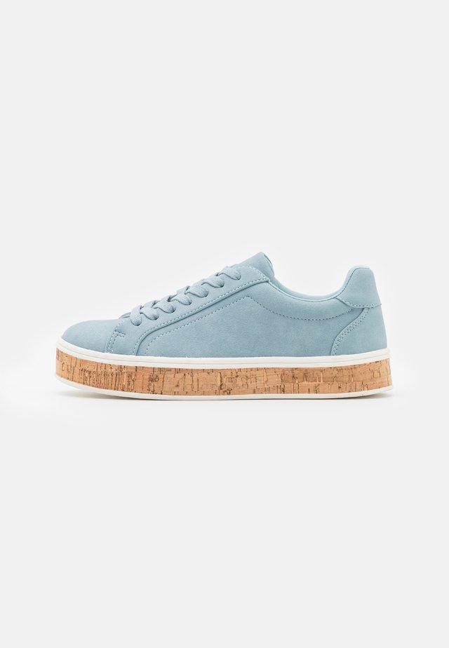 Sneakers laag - pastel blue