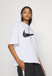 Nike Sportswear - Camiseta estampada - white/black