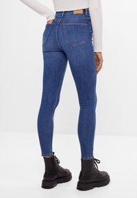 Bershka - MIT SEHR HOHEM BUND  - Jeans Skinny - blue - 2
