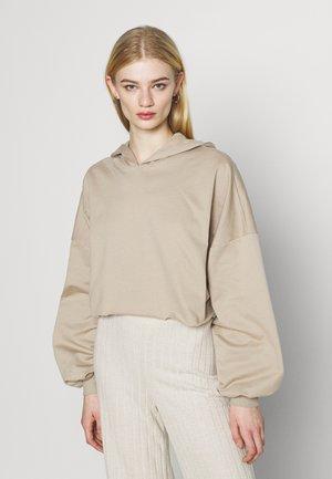 DROPPED CROPPED HOODIE - Sweatshirt - beige tuffet