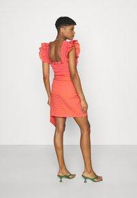 Never Fully Dressed - GINGHAM MINI JASPRE - Zavinovací sukně - orange - 2