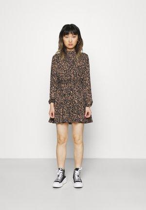 HIGH NECK TEIRED DRESS - Sukienka letnia - black/brown