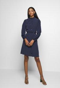 Vila - VISIMPLE BUTTON TIE DRESS - Skjortekjole - navy blazer - 1