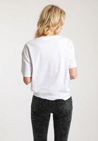 Pimkie - MIT SCHRIFTZUG - T-shirt print - white - 2