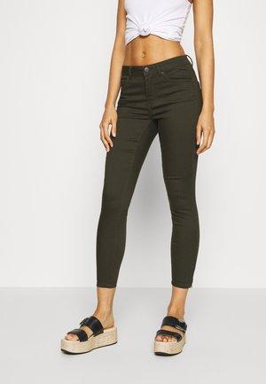 VMTANYA PIPING ZIP - Jeans Skinny Fit - peat