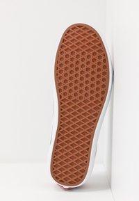 Vans - OLD SKOOL - Sneakersy niskie - red/black/true white - 4