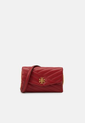 KIRA CHEVRON CHAIN WALLET - Across body bag - redstone/rolled brass