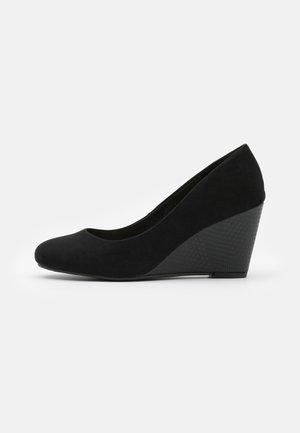 CHELSEA - Escarpins compensés - black