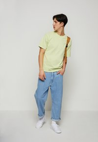 Levi's® - STAY LOOSE PLEATED CROP - Jeans baggy - light indigo - 1