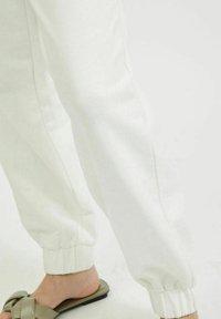 Vila - Tracksuit bottoms - cloud dancer - 4