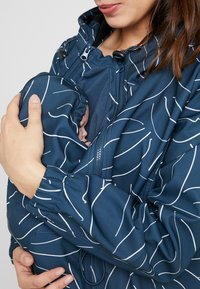 MAMALICIOUS - MLSHELLA JACKET 3IN1 - Light jacket - midnight navy/bering sea white - 6