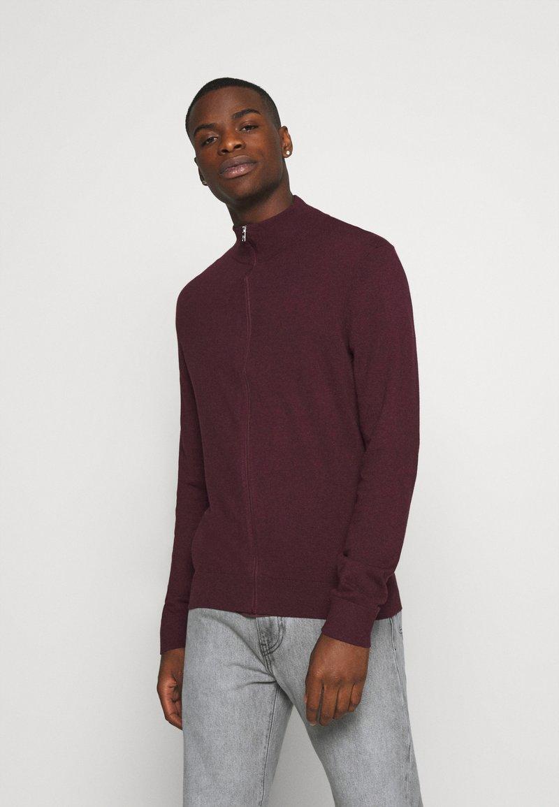 Burton Menswear London - FINE GAUGE ZIP THROUGH - Strickjacke - burgundy