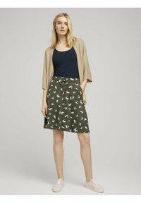 TOM TAILOR - MIT TASCHEN - Spódnica trapezowa - khaki floral design - 1