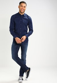 Tommy Jeans - ORIGINAL STRETCH SLIM FIT - Skjorter - black iris - 1