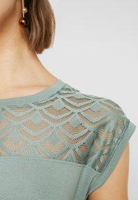 ONLY - Camiseta estampada - chinois green - 4