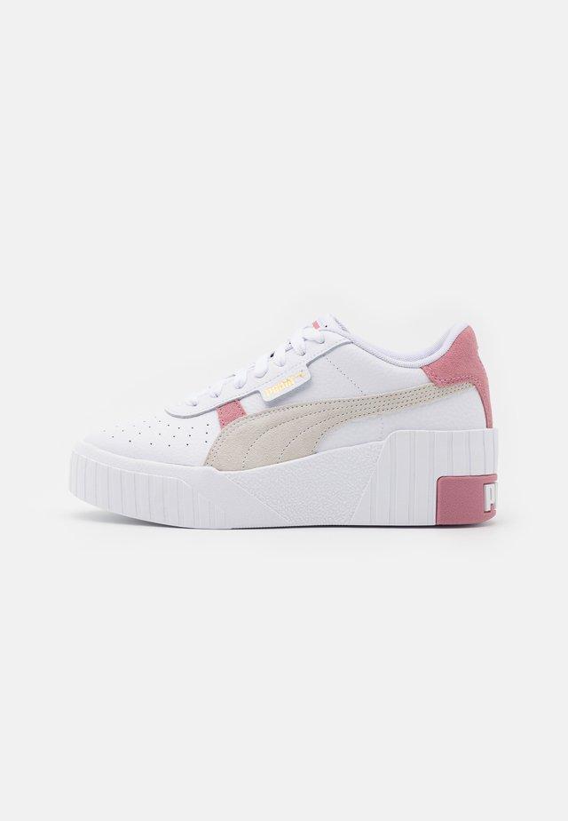 CALI WEDGE MIX - Sneaker low - white/foxglove