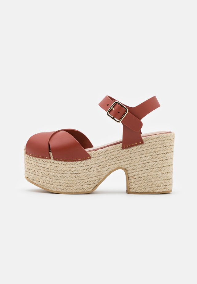 AMELIE - Sandalen met plateauzool - cerise