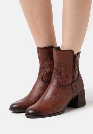Kotníkové boty - brandy
