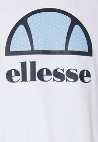 Ellesse - ALTERZI - T-shirt z nadrukiem - white - 5